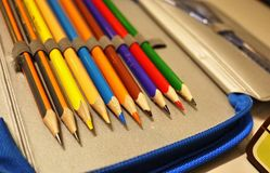 Scherpe die potloden met een speciale mechanische slijper worden gescherpt Dergelijke volkomen scherpe potloden worden verkregen  royalty-vrije stock fotografie