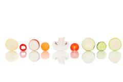 Scherpe die stukken groenten op witte achtergrond worden geschikt Stock Afbeeldingen