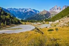 Scherpe draai van de weg op de Sella-Pas royalty-vrije stock afbeeldingen