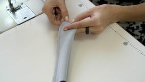 Scherpe driehoeken van stof met kleermakers` s schaar stock footage