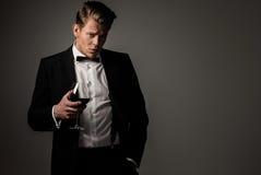 Scherpe geklede mens met glas Royalty-vrije Stock Foto's
