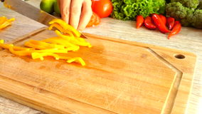 Scherpe Gele Peper in Langzame Motie stock video
