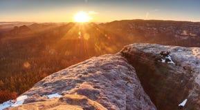 Scherpe gloed in lens Ochtendmening in Zon dicht bij horizon royalty-vrije stock foto