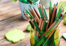 Scherpe groene potloden Stock Afbeeldingen