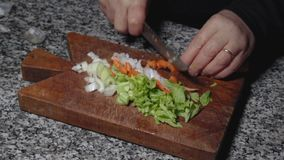 Scherpe groenten op oude hakbordmf stock footage