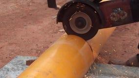 Scherpe het polyethyleendeklaag van pijplagen door middelen stock footage