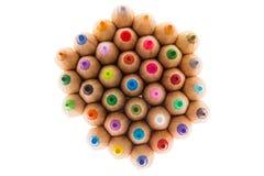Scherpe houten kleurpotloden, schot van hierboven Stock Foto's