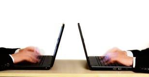 Scherpe intensieve concurrentie op het werk in het bureau Stock Afbeeldingen