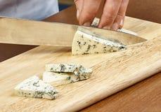 Scherpe kaas op een houten kokende raad Stock Foto