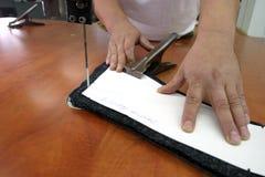 Scherpe machine en handen stock fotografie