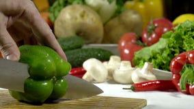 Scherpe Messen Groene Groene paprika stock video