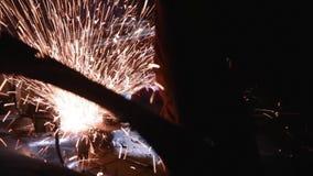Scherpe metaal cirkelzaag stock footage