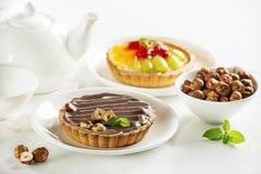 Scherpe pastei met chocoladenoten en vruchten stock fotografie