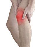 Scherpe pijn in een mensenknie. Mannelijke holdingshand aan vlek van knie-ACH Royalty-vrije Stock Afbeelding