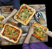 Scherpe pizza Binnenlands voedsel en eigengemaakte pizza royalty-vrije stock fotografie