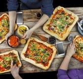 Scherpe pizza Binnenlands voedsel en eigengemaakte pizza royalty-vrije stock afbeeldingen