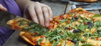 Scherpe pizza Eigengemaakte pizza stock fotografie