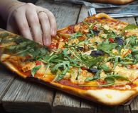 Scherpe pizza Eigengemaakte pizza stock foto