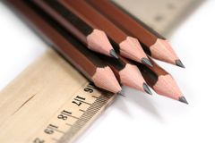 Scherpe potloden en heerser stock foto's