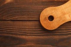 Scherpe raad aan houten lijstoppervlakte royalty-vrije stock fotografie