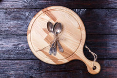 Scherpe raad op houten lijst stock foto's