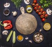 Scherpe raad, rond de verscheidenheid van leugeningrediënten van groenten en vruchten, plaats voor tekst, kader houten hoogste me stock fotografie