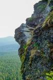 Scherpe Rots Cliff Overlooks Gorge Stock Afbeeldingen