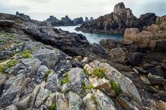 Scherpe rotsachtige kustlijn Royalty-vrije Stock Afbeeldingen