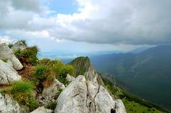 Scherpe rotsen op de achtergrond van reusachtige vallei Royalty-vrije Stock Afbeelding