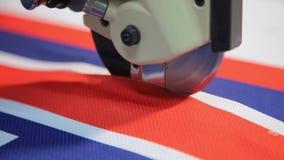 Scherpe stoffenmachine Textielfabriek Naaiende productielijn stock videobeelden