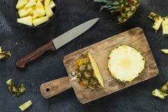 Scherpe verse ananas en ananas op houten raad Hoogste mening Stock Foto