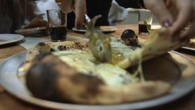 Scherpe warme pizza op kleinere stukken met rol-mes stock video