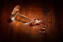Scherven van gebroken glas op de lijst royalty-vrije stock foto's