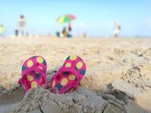 Scherza i Flip-flop sulla spiaggia Fotografia Stock