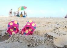 Scherza i Flip-flop sulla spiaggia Fotografie Stock Libere da Diritti