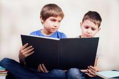 Scherza i libri di lettura a casa fotografia stock libera da diritti