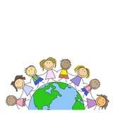 Scherza il mondo - bambini sul globo Fotografie Stock