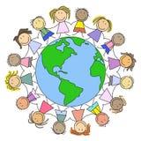 Scherza il mondo - bambini sul globo Fotografia Stock