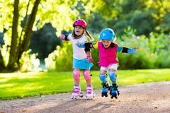 Scherza il pattinaggio a rotelle nel parco dell'estate Fotografie Stock