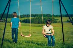 Scherza le difficoltà di relazione Il bambino cade da con un amico immagini stock