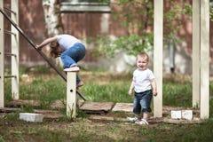Scherza le ragazze giocano sul campo da giuoco agli sport complessi Fotografia Stock Libera da Diritti
