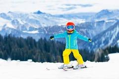 Scherza lo sport della neve dell'inverno Sci dei bambini Corsa con gli sci della famiglia Fotografie Stock