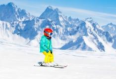 Scherza lo sport della neve dell'inverno Sci dei bambini Corsa con gli sci della famiglia Immagine Stock