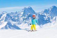 Scherza lo sport della neve dell'inverno Sci dei bambini Corsa con gli sci della famiglia Fotografie Stock Libere da Diritti