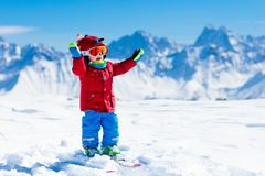 Scherza lo sport della neve dell'inverno Sci dei bambini Corsa con gli sci della famiglia Fotografia Stock
