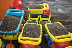 Scherzen Sie bunte Spielwaren mit Mann gemachtem sicherem Sand von Kassie tora Samen Lizenzfreie Stockbilder
