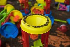 Scherzen Sie bunte Spielwaren mit Mann gemachtem sicherem Sand von Kassie tora Samen Lizenzfreies Stockfoto