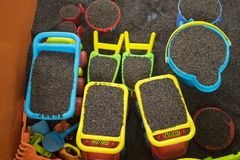 Scherzen Sie bunte Spielwaren mit Mann gemachtem sicherem Sand von Kassie tora Samen Lizenzfreies Stockbild