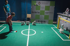Scherzen Sie das Spielen des Fußballs mit NAO-Roboter an verdrahtetem folgendem Fest in Mailand, Italien Lizenzfreie Stockbilder