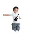 Scherzen Sie das Springen mit einem T-Shirt mit einer gemalten Gitarre lizenzfreies stockfoto